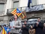 Elisenda Paluzie y Josep Cruanyes (ANC) ante la sede de la Comisión Europea en Barcelona.