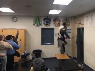 Jonathan Clark hace un mate ante sus alumnos