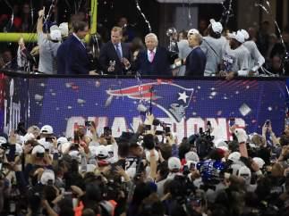 El dueño también levanta el trofeo