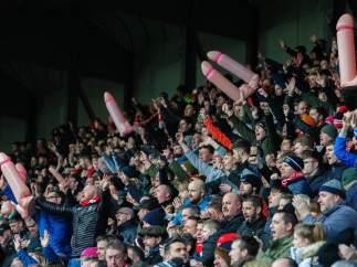 Aficionados del Lincoln City con penes hinchables en el partido ante el Notts County