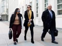La mujer de 'El Chapo' Guzmán (c) junto a su abogado