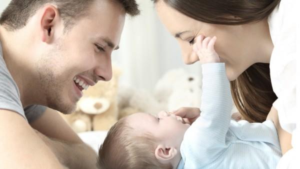 Imagen de recurso de un bebé y familia