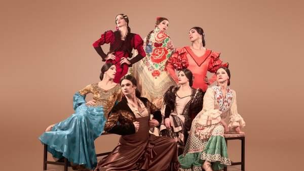 Manuel Liñán y el resto del elenco de bailarines que protagoniza '¡Viva!', su nuevo espectáculo. Fotografía: marcosGpunto.