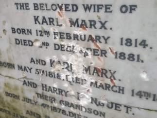 Imagen de la tumba de Karl Marx tras su ataque en el cementerio de Highgate, Londres.