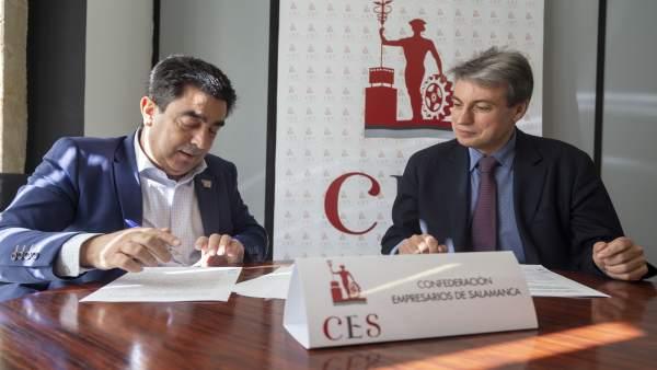 Vicente Martín Galeano (i) firma la adhesión al manifiesto en presencia de Polic