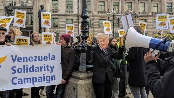 Manifestantes piden al Banco de Inglaterra que entregue a Venezuela su oro