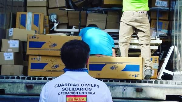 Guardias Civiles Solidarios cargan los contenedores con ayuda humanitaria para H