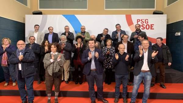Gonzalo Caballero acompañado de los 18 candidatos del PSdeG en la comarca de Our