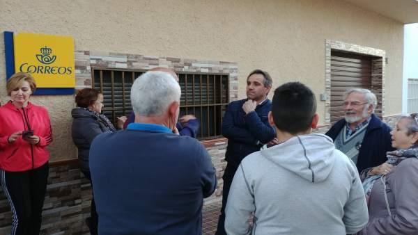 Juanjo Segura (PP) con los vecinos de Cabo de Gata
