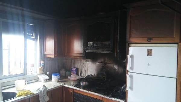 Cocina calcinada de una vivienda afectada por un incendio
