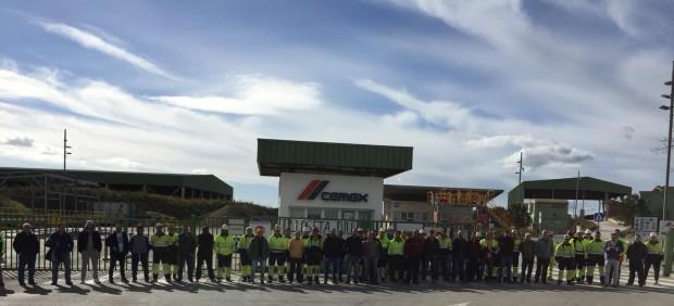 Los trabajadores de CEMEX bloquean los accesos a la fábrica de Lloseta