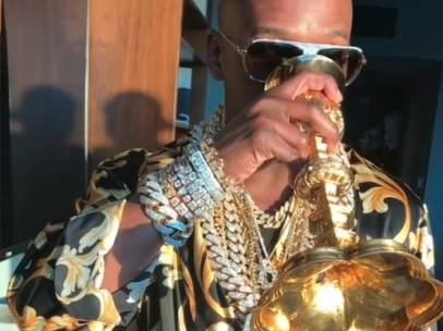 Floyd Mayweather vuelve a alardear de sus riquezas