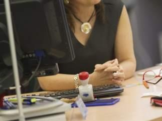 Una funcionaria, en su puesto de trabajo