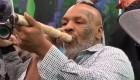 Mike Tyson se fuma un porro gigante de marihuana
