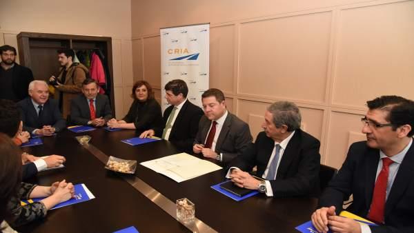 El presidente de C-LM, Emiliano García-Page, en la firma del acuerdo entre CRIA
