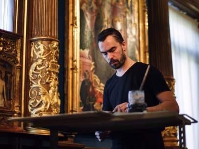 El artista francés Guillaume Bruère trabajando en el Museo Lázaro Galdiano