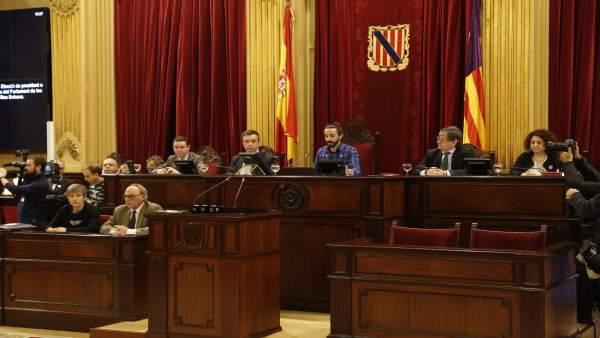 Los cinco miembros de la Mesa del Parlament, en el salón de plenos