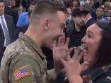 Un soldado se reencuentra con su madre