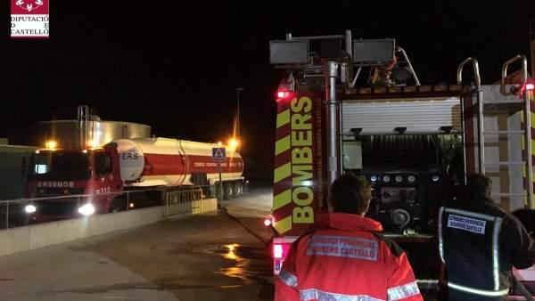 Bombers treballen en l'extinció d'un incendi en una planta de reciclatge de brossa de Cervera