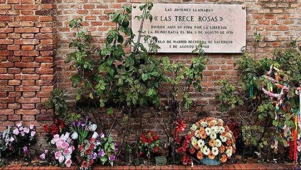 Placa homenaje a Las 13 Rosas
