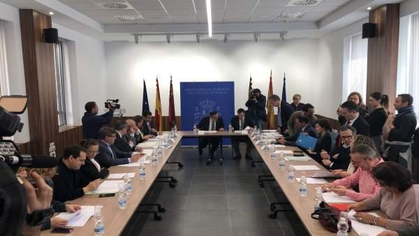 El delegado del Gobierno, Diego Conesa, preside la comisión social de seguimient
