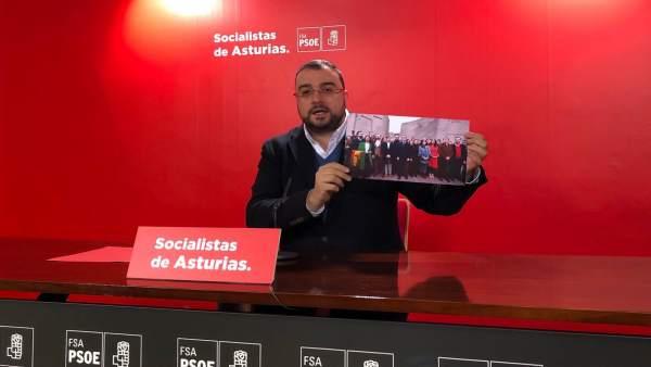 El secretario de la FSA y candidato a la presidencia, Adrián Barbón, en rueda de