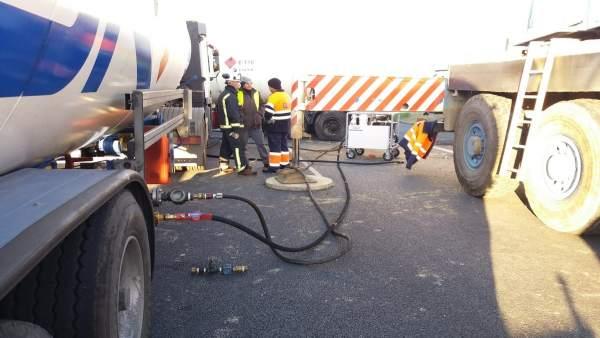 Un momento de las tareas por el accidente de un camión con gas propano en la A49