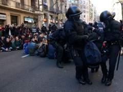 Los Mossos d'Esquadra empiezan a desalojar a los concentrados ante la Fiscalía Superior de Cataluña en protesta por el juicio del 1-O.