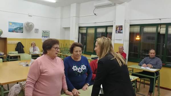 La alcaldesa, Ana Isable Jiménez, ha visitado las aulas para adultos.