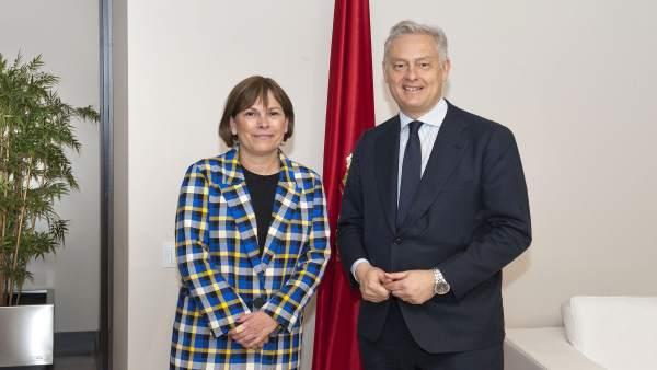 La presidenta navarra con el embajador británico.