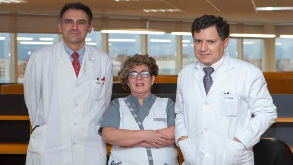 La enfermera Iosune Goicoechea y los doctores Ignacio Melero y José Luis Pérez-G