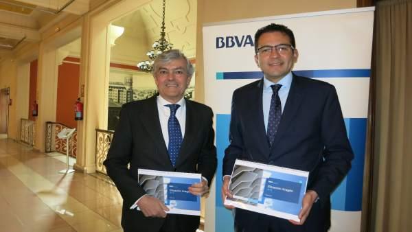 Carlos Gorria, director de la Territorial Norte de BBVA, y Miguel Cardoso, econo