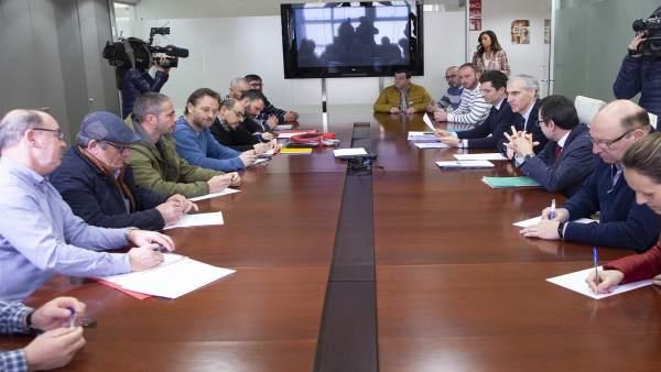 El conselleiro de Economía, Francisco Conde, con el comité de Cee-Dumbría
