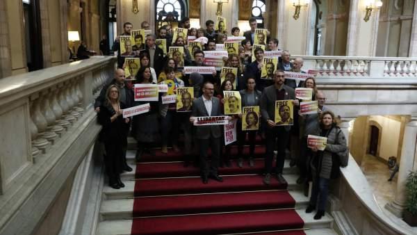 Los diputados que han participado del paro de las 12 horas en las escaleras del Parlament.