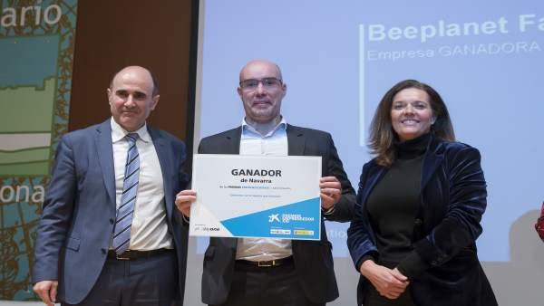 Ayerdi y Díez Fontana con el representante de la empresa premiada.