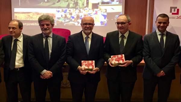Recogida del premio por parte de Luis López (centro)