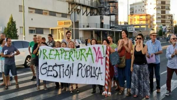 Protesta vecinal por la piscina Virgen de los Reyes