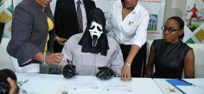 Un hombre con la máscara de 'Scream'