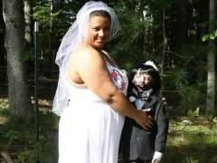 Una mujer se casa con su muñeca zombi