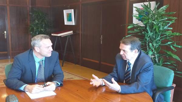 El alcalde de Vigo, Abel Caballero, y el director de la fábrica de PSA, Ignacio