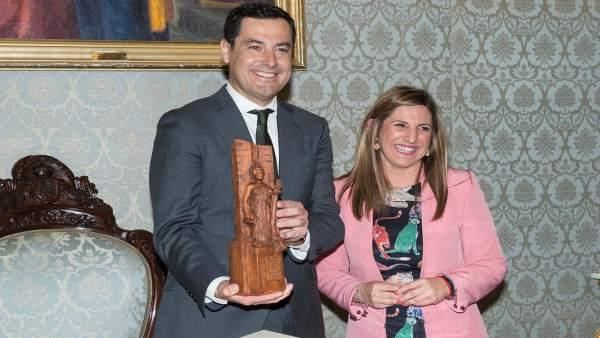 Juanma Moreno con la presidenta de la Diputación