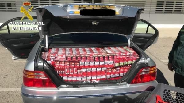 Las cajetillas de tabaco incautadas de uno de los vehículos