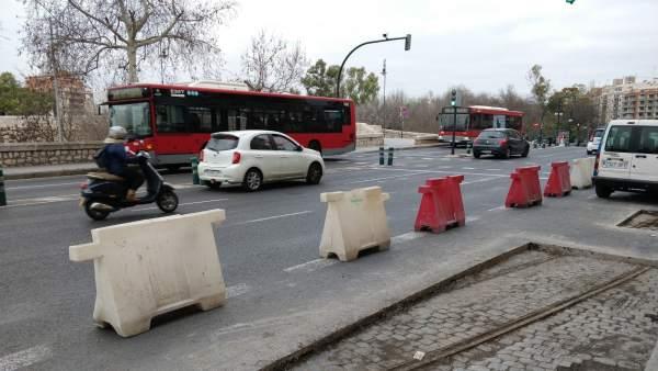 Les vies de l'antic tramvia de València emergeixen sota una densa capa d'asfalt