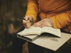 Hombre escribiendo testamento