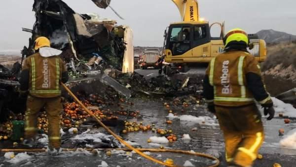 Un mort i quatre ferits en xocar un cotxe contra el remolc d'un camió a Novelda