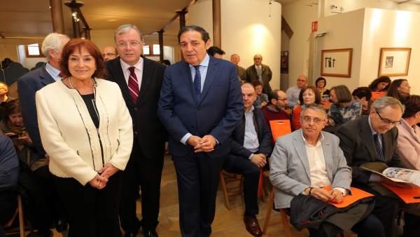 Antonio María Sáez Aguado, junto al alcalde de León y la presidenta de Alcles.