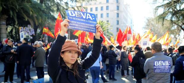 Un millar de clientes chinos residentes en España se manifiestan por el bloqueo a sus cuentas ...
