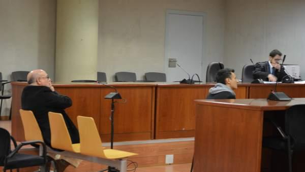 Mag Lari declarando como testigo en el juicio contra su exsocio que está sentado