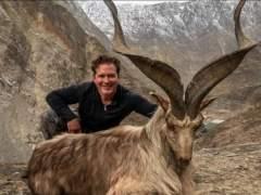 Cazador con cabra montesa Astor Markhor