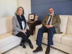 La alcaldesa de Almuñécar, Trinidad Herrera, con el delegado del Gobierno andalu